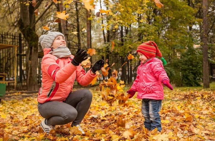 Anna-spielt-mit-Kind-im-Laub